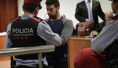 Ismael Rodríguez Clemente, ahir custodiat pels Mossos d'Esquadra, després d'escoltar el veredicte del jurat a l'Audiència de Lleida.