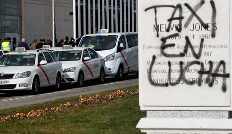 Desenes de taxis estacionats a les portes del recinte firal d'IFEMA, on se celebra Fitur.