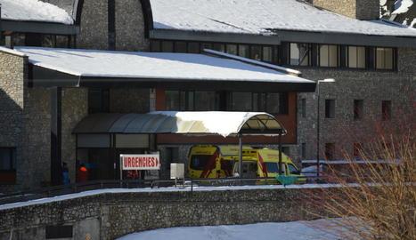Imatge de l'exterior de la zona d'urgències de l'hospital de Vielha, on va morir el monitor d'esquí.
