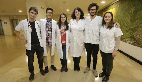 L'Ignacio, el Carlos, la Núria, la Dolors, el Jorge i la Carla són alguns dels residents de primer any de l'Arnau.