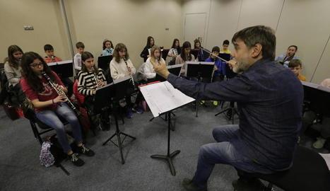 Joves clarinetistes de l'orquestra assajant sota la batuta d'Albert Gumí.