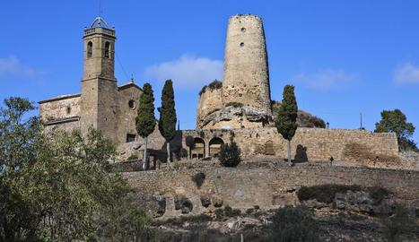 Vista de l'església i la torre de Lloberola, amb els dos sarcòfags al cementiri abans del trasllat.