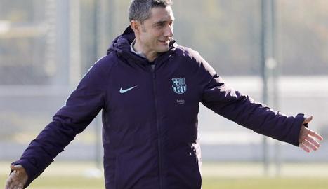Ernesto Valverde, durant la sessió d'entrenament d'ahir.