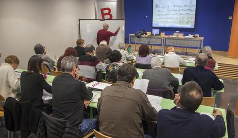 Imatge de la primera sessió, celebrada ahir a la biblioteca.