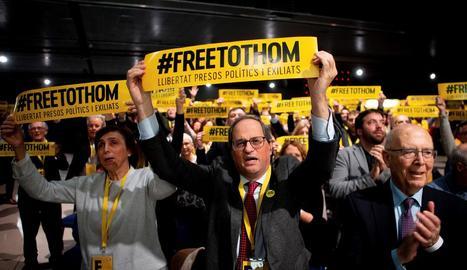 Quim Torra, al centre, amb un dels cartells demanant la llibertat dels presos.
