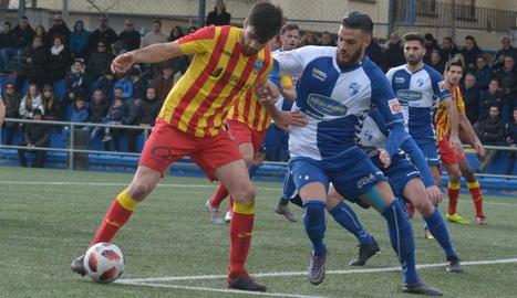 Xemi controla una pilota en una acció del matx que es va jugar ahir al camp de l'Ebro.