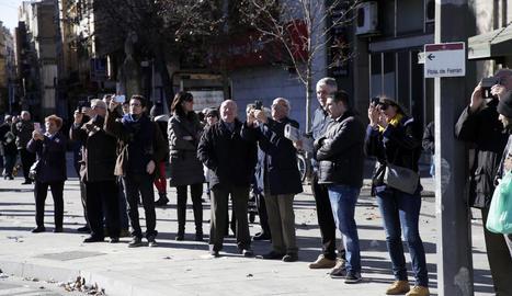 Els dos grans castanyers d'índies, ja al seu nou lloc a la plaça davant l'estació de trens de Lleida.