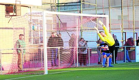 Escrichs va intentar evitar el primer gol però sense fortuna, malgrat la gran estirada.