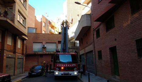 Efectius dels Bombers van treballar ahir en aquesta façana afectada pel vent a Cappont.
