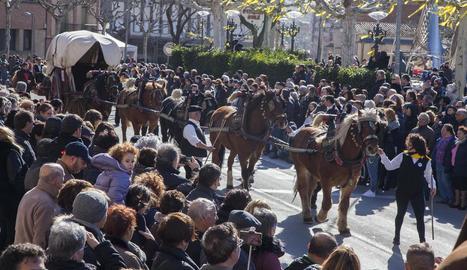 El carruatge de la família Vilaverd de Tàrrega durant la desfilada de la festa dels Tres Tombs de Sant Antoni a la capital de l'Urgell.
