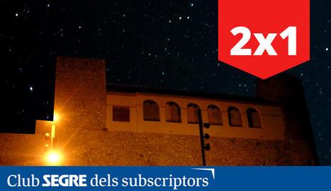 El Castell d'Os de Balaguer sota el cel estrellat del Montsec.