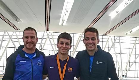 Arnau Monné, al centre, amb la medalla que va aconseguir.
