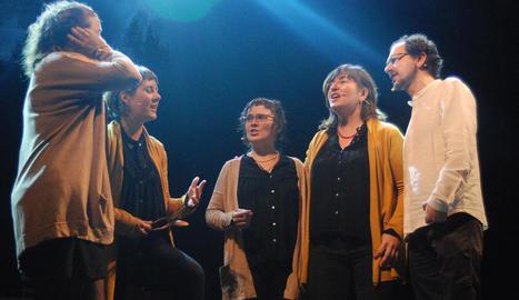 El grup Tornaveus, amb quatre veus femenines i una de masculina.