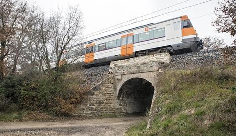 Tren aturat sobre un pont a prop de Sant Guim de Freixenet.