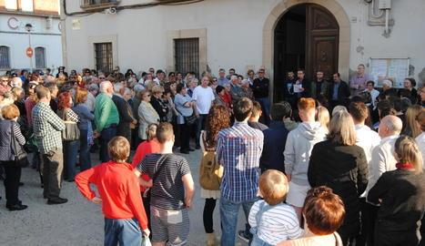Concentració a l'ajuntament de Bellvís per condemnar el crim.