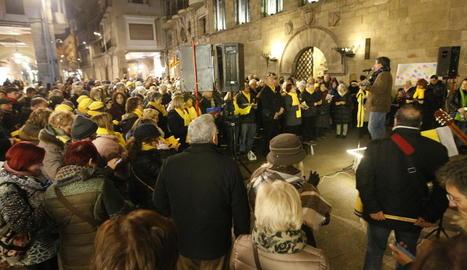 Imatge de la concentració dels cantaires a la plaça Paeria, ahir.