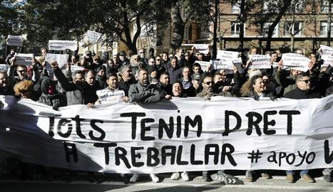 Protesta de treballadors de VTC de Barcelona davant de la conselleria de Territori.