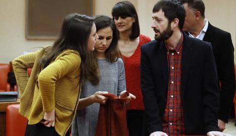 La diputada de Podem Irene Montero conversa amb diversos diputats al Congrés.