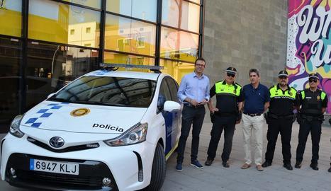 L'actual cap de la Policia Local, juntament amb els dos caporals que ara passaran a sergents, amb l'alcalde i el regidor durant la presentació a l'estiu d'un cotxe híbrid per al cos