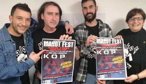 Organitzadors i col·laboradors del Makot Fest mostren el cartell promocional.