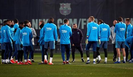 Valverde dirigeix la sessió d'entrenament, ahir a la Ciutat Esportiva Joan Gamper.
