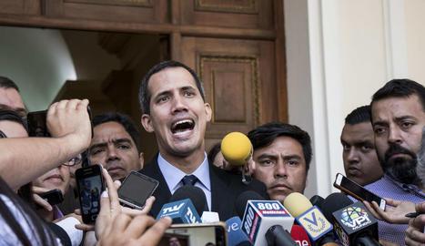Guaidó, ahir, a les portes del Parlament veneçolà.