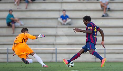 Dongou contra l'ara company d'equip Pau Torres, en la seva etapa al Barça
