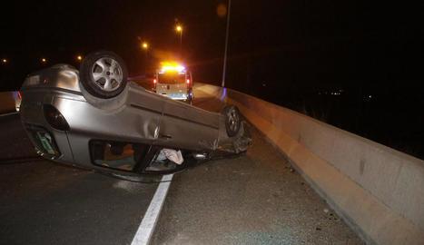 Imatge del vehicle bolcat, poc després de l'accident ahir a la tarda.