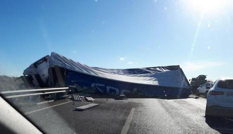 Tallada l'autovia A-22 a Binèfar cap a Lleida després de bolcar un camió
