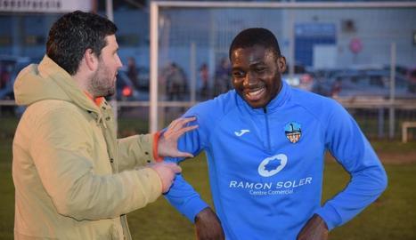 El nou fitxatge, Jean Marie Dongou, parlant ahir amb el tècnic del Lleida, Gerard Albadalejo.