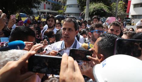 L'autoproclamat president, al centre, va participar en una de les mobilitzacions que van tenir lloc a Caracas.