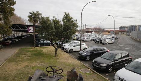 Més parc i habitatges - El POUM preveu ampliar el parc dels Camps Elisis des de l'escultura del tractor, a la imatge en primer terme, cap a l'avinguda Victoriano Muñoz. Així mateix, els nous habitatges estaran al fons, on ara hi ha els pavel ...