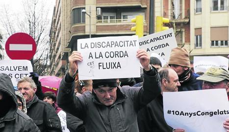 Usuaris de diverses entitats d'atenció a persones amb discapacitat de Lleida es van mobilitzar ahir a l'avinguda Catalunya.