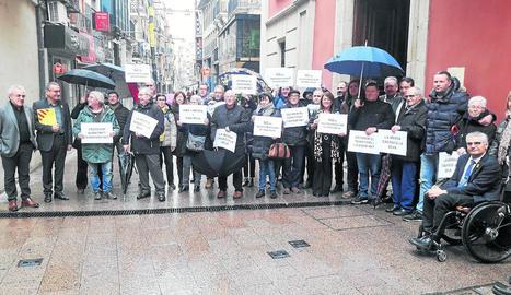 """Manifestació de rebuig - Una trentena de veïns i els alcaldes de Maials i Almatret, amb representants polítics, es van manifestar en contra de l'abocador de Riba-roja i van demanar que les """"escombraries"""" s'han de gestionar al lloc on es  ..."""