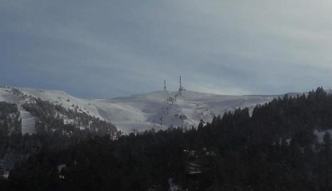 Les instal·lacions de Baqueira ahir al matí i Port Ainé, a la dreta, on tot està a punt per rebre els esquiadors.