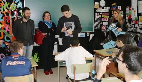Àlex Màrquez ahir amb alumnes de les Escoles Especials Llar de Sant Josep.