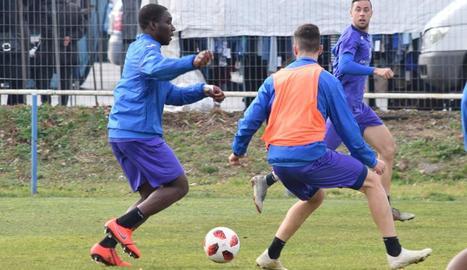 El davanter camerunès Dongou, durant l'entrenament d'ahir amb el Lleida.