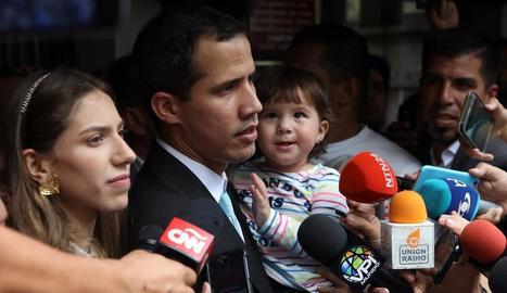L'autoproclamat Juan Guaidó, acompanyat de la seua esposa, Fabiana Rosales, i la seua filla Miranda.