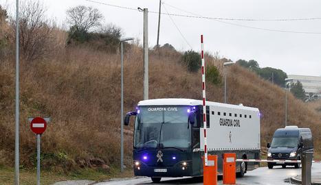 L'autobús de la Guàrdia Civil amb els nou presos independentistes surt de la presó de Brians.
