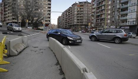 El mur que fa que els cotxes que vénen de Gardeny hagin d'envair el carril contrari.