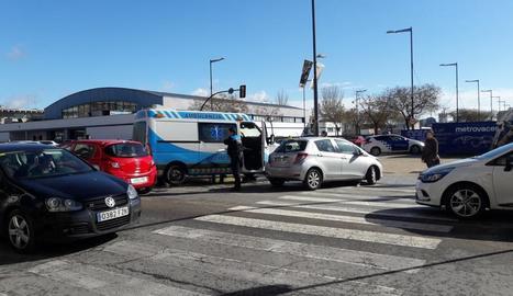 Aparatós accident entre una ambulància i un turisme a Pardinyes - Dos persones van ser trasllades ahir al matí a l'hospital Arnau de Vilanova de Lleida per un aparatós accident entre una ambulància i un turisme. Segons va informar la Guàrdi ...
