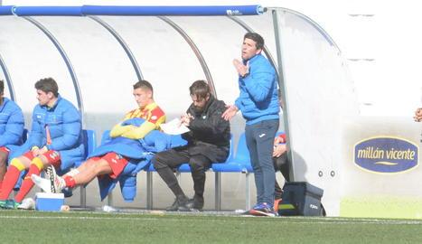 Gerard Albadalejo dóna instruccions a l'equip durant el partit contra l'Ebro, el cap de setmana passat.