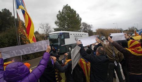 Manifestants mostren el seu suport als presos a la sortida de la presó de Brians.