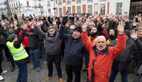 Taxistes madrilenys es concentren a la Puerta del Sol de Madrid, ahir en el dotzè dia de vaga.