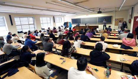 Una de les aules universitàries on ahir es van fer les proves del MIR.
