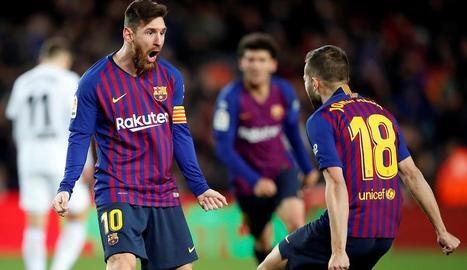Leo Messi celebra efusivament el gol de l'empat amb el València.