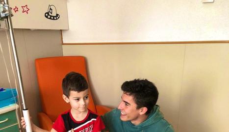 Marc Màrquez entrega una Copa a un dels nens ingressats.