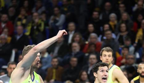 Rodrigo San Miguel supera Jaka Blazics, del FC Barcelona.