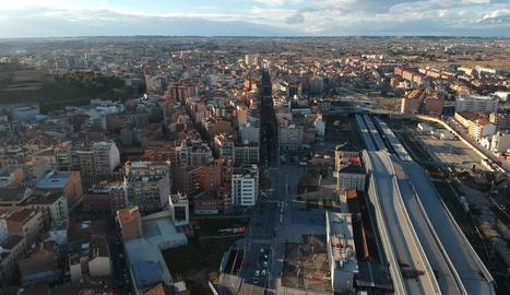 Imatge aèria del carrer Príncep de Viana, una de les més freqüentades i sorolloses de la ciutat.