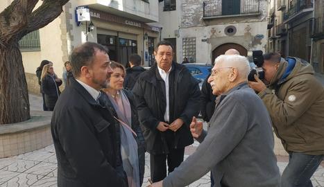 Un militant històric d'ERC, Josep Tarruella, va saludar el conseller Bosch a l'arribada a Camarasa.